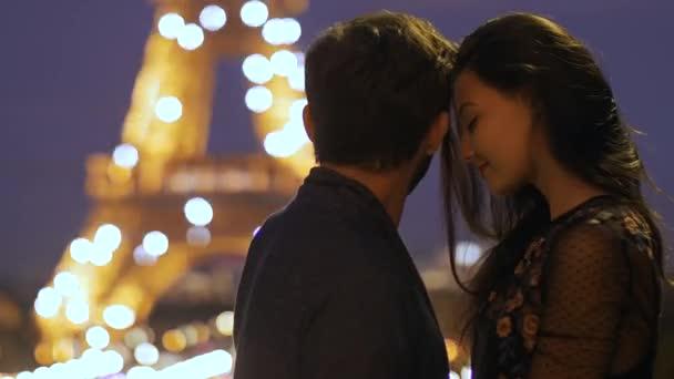 france, paris - 2.10.2017: verliebtes romantisches paar in paris am eiffelturm in der nacht.