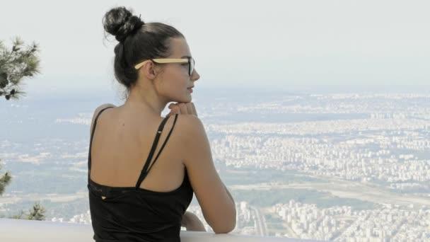 Krásné mladé turistické dívka s batohem moře