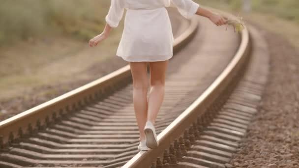 Žena na vlak rail. Krása, svoboda, letní cestování koncept.