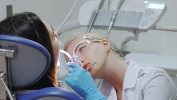 Ein Zahnarzt bohrt einen Zahn