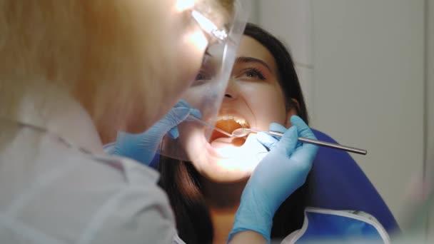 Zubař vyšetření zubů pacientů v ordinaci zubaře