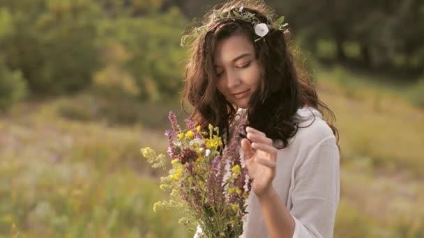 Přírodní krásy dívka s kyticí venkovní v konceptu svobody požitek. Portrétní fotografie