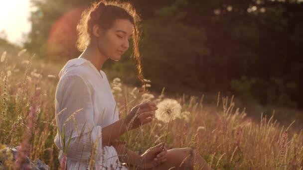 freie glückliche Frau in der Natur