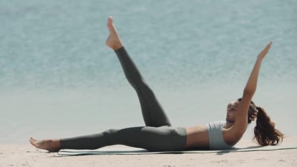 Venkovní cvičení sportovní ženy na pláži.