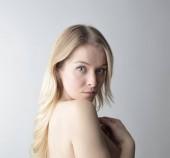 Fotografie Portrét krásné blondýna nahá žena hledá překvapený