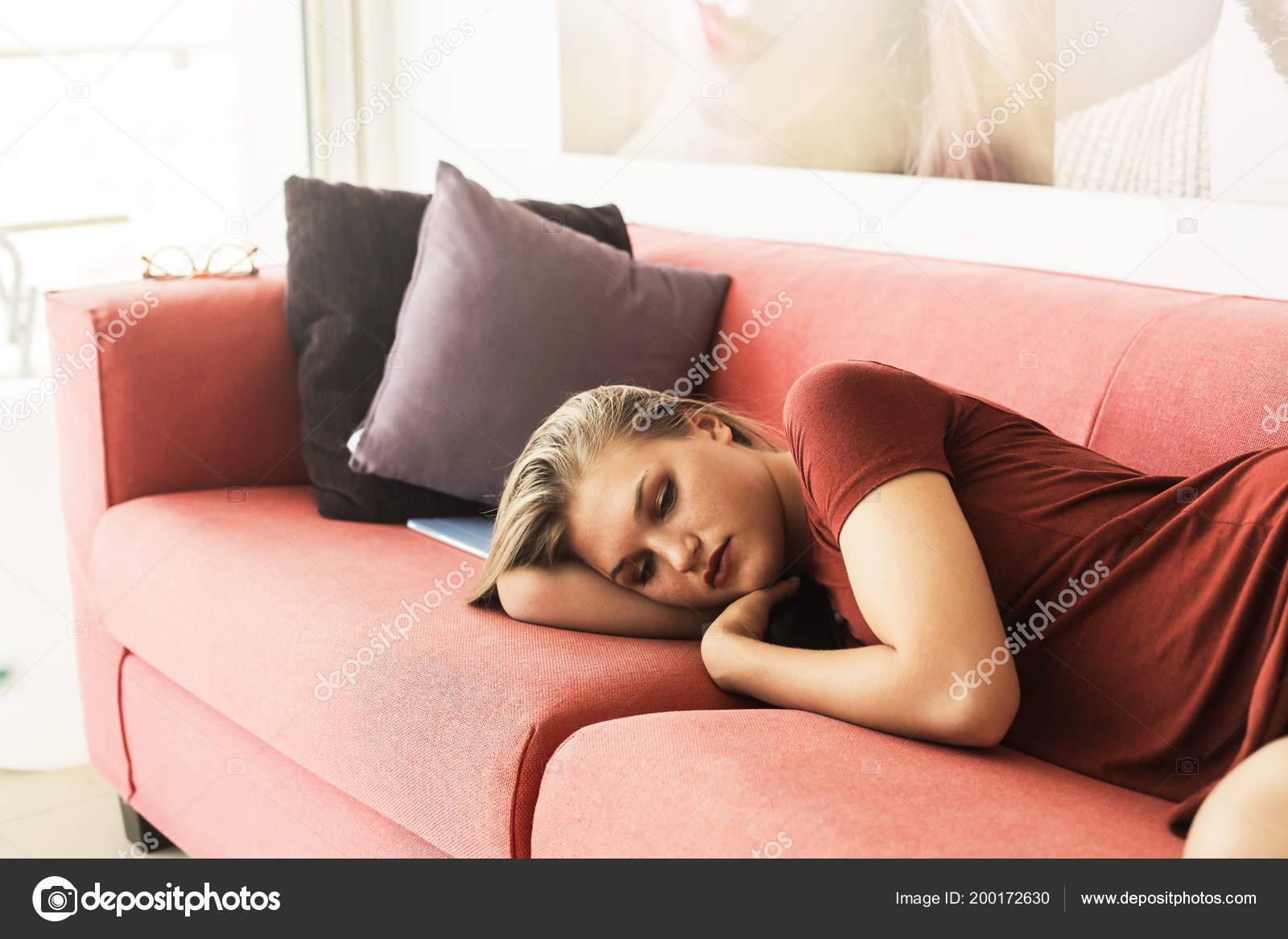 Junge Frau Bett Liegen Und Traumen Stockfoto C Olly18 200172630