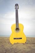Žluté kytara na pláži