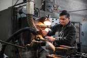 Fotografie průmyslové dělníky pracující s kovem