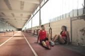 Fényképek Fiatal sportoló vesz egy kis szünetet, a sportcsarnok