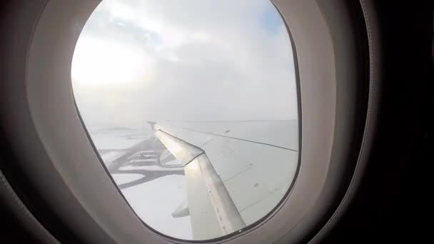Timelapse filmu letadla vzlétl z letiště.