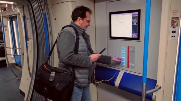 Muž nabíjení smartphone do volného Usb portu