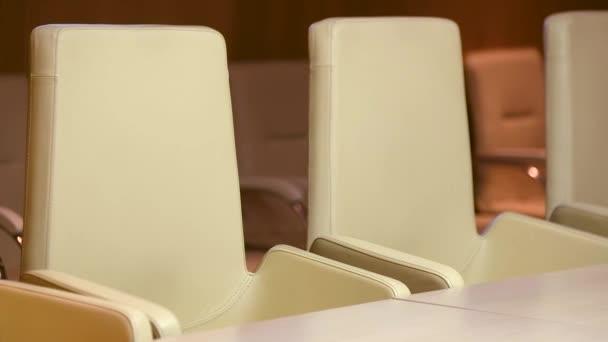 Židle v zasedací místnosti