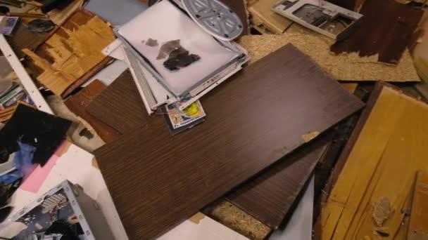 Interiér zničené místnosti, trosky počítače a nábytku