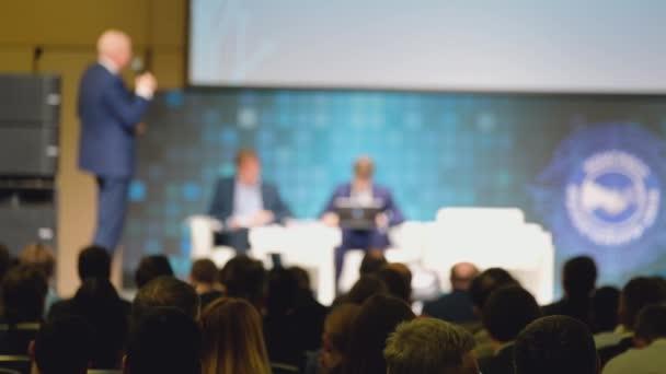 Közönség hallgat a konferencia előadója