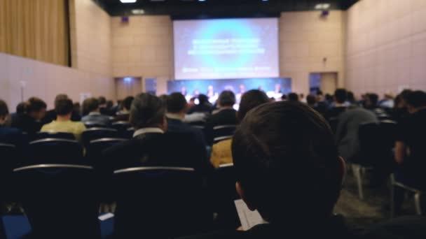 Publikum lauscht dem Vortragenden im Konferenzsaal