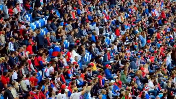 Fußballfans unterstützen Mannschaften beim Spiel zwischen Serbien und der Schweiz