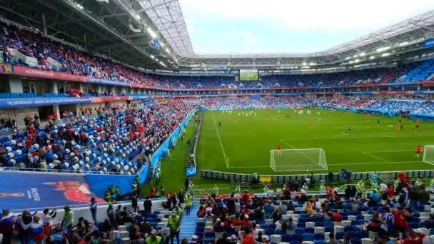 Labdarúgás rajongók részt stadion Kalinyingrád Szerbia és a Svájc közötti mérkőzés előtt