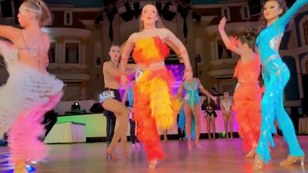 Mädchen in bunten Kleidern nehmen an Tanzwettbewerben teil