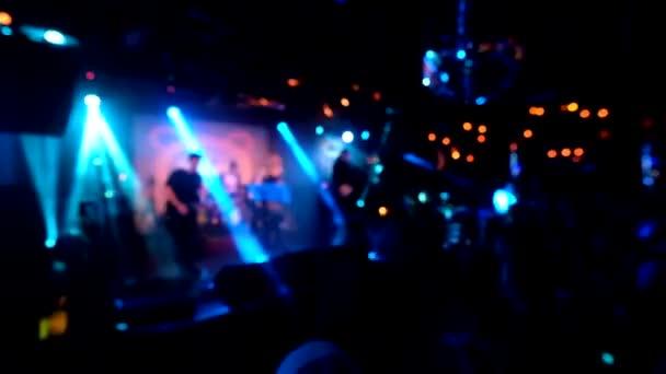 Hudební skupina na koncertě v nočním klubu