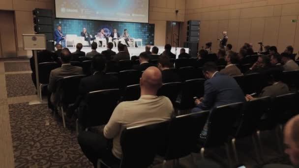 Publikum poslouchá mluvčí na konferenci