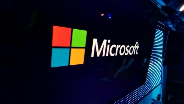 Logo společnosti Microsoft na obrazovce