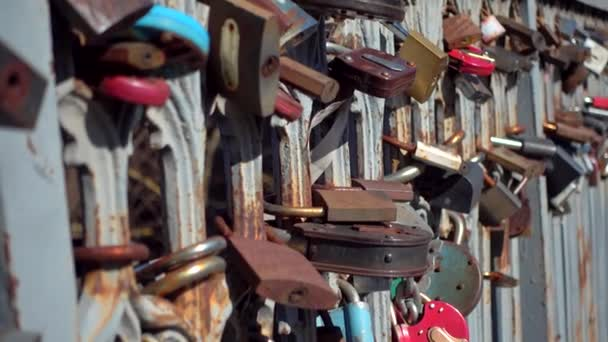 Zámky na plot most