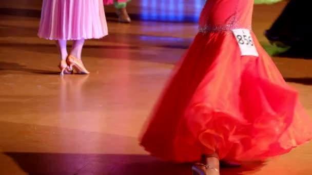 Tanečník tančí na tanečním parketu