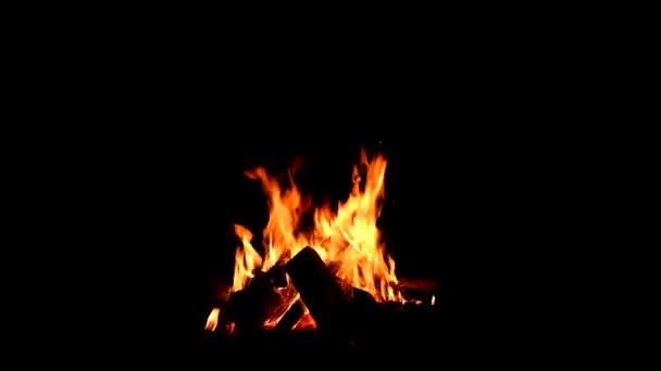 Oheň hoří u krbu