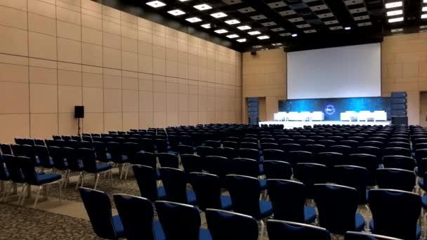 Innenraum des Konferenzsaals während des Blockchain-Kongresses