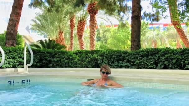 Fiatal nő barnulás a medencében