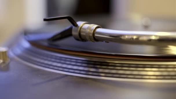 lemezjátszó játszik vinil-rekord