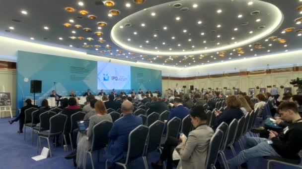 Lidé navštěvují obchodní konferenci ve velkém kongresovém sále