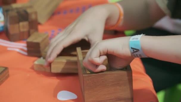 Žena kombinuje dřevěnou skládačku.