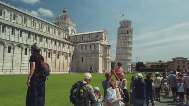 A híres Ferde toronyra látogató turisták napközben