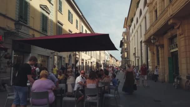 Turisták sétálnak a régi Pisa városnéző tájékozódási pontok