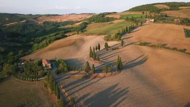 Zahnutá nebo opilá silnice v Toskánsku, Itálie