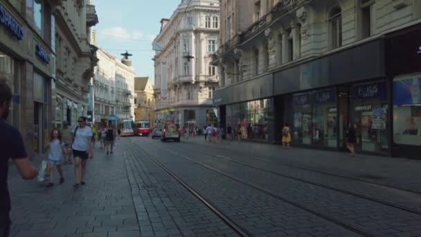 Doprava a lidé v centru starého města v denním čase