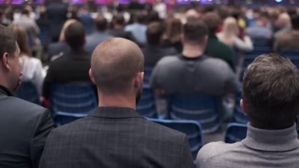 Konferenzteilnehmer sitzen und hören zu