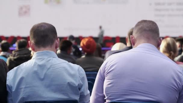 Publikum hört Dozent bei Workshop zu