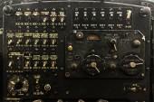 Rostiges Armaturenbrett des alten Flugzeugs kaputt