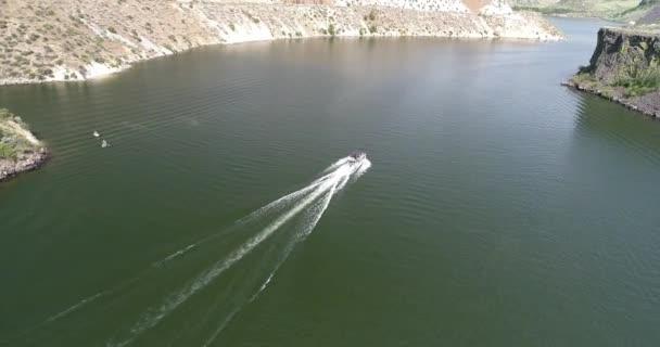 Schnelles Boot im Wasser
