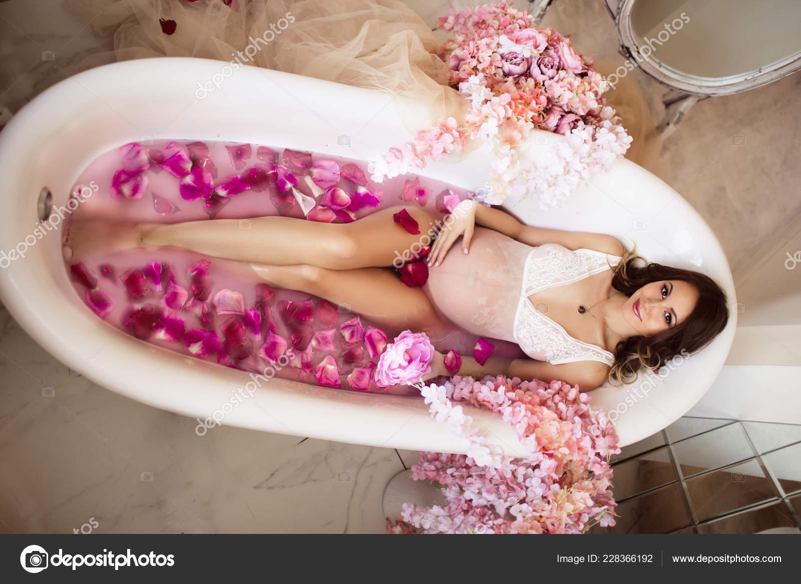 Vasca Da Bagno Gravidanza : Donna incinta graziosa è sdraiato nella vasca da bagno con acqua di