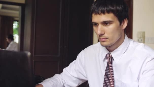 Hezký vážný podnikatel pracuje na kancelář. Mladý muž psaní na notebooku. 3840 x 2160