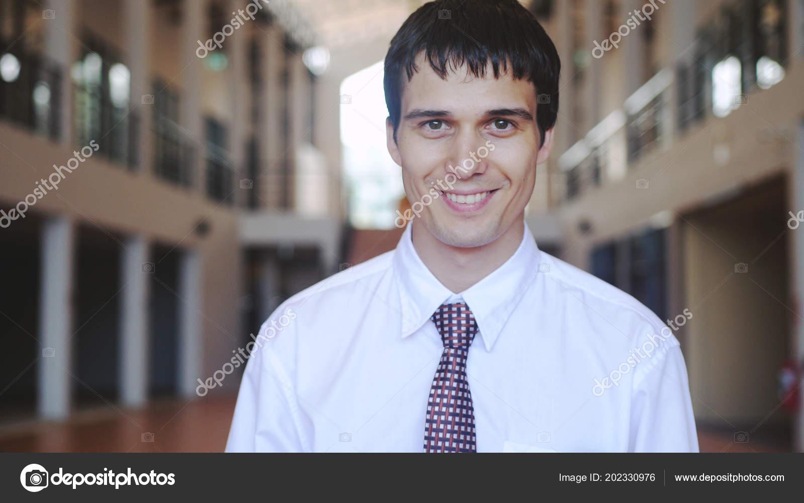 6e13c032c Retrato de joven empresario feliz éxito. Hombre mira a la cámara y sonríe —  Foto