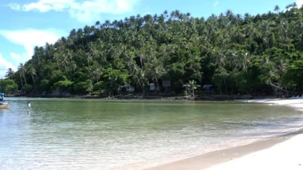 Paradise krajina úžasné tropické pláže na ostrově Koh Phangan. Plachetnice v břehu vánek s ostrovy bílý písek. Zpomalený pohyb. 3840 x 2160