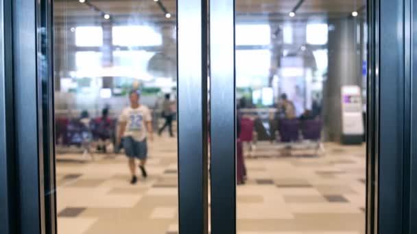 Na letišti otevřít dveře výtahu. Zpomalený pohyb. 3840 x 2160