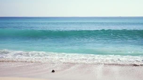 Úžasné oceánu krajina scénické s velkými vlny zřítilo na písečné pobřeží. Bali. Zpomalený pohyb. 3840 x 2160