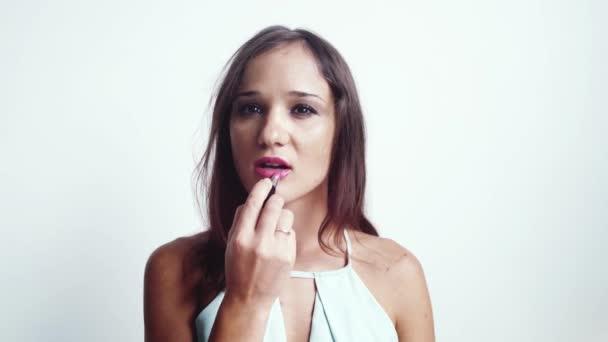 Portrét Mladá krásná žena malba lesk na rty sexy rty a hledá ve fotoaparátu. aby se. zblízka. 3840 x 2160