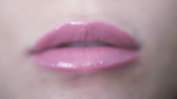 Nahaufnahme schön rosa Lippen des jungen Mädchens schickt einen Kuss auf die Kamera. 3840 x 2160