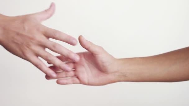 Kezet rázott a fehér háttér előtt. Közelkép a női és férfi kezét rázva kéz. 3840 x 2160